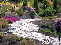 Пътека от каменни плочи...