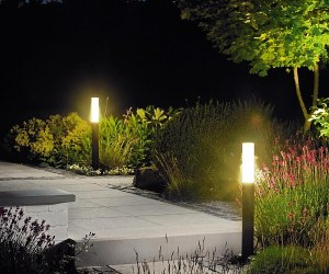 Осветление на градинската алея...